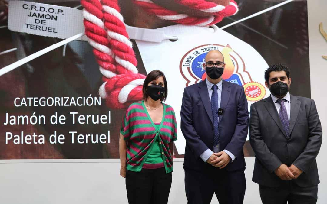 El Jamón de Teruel ha sido protagonista en Madrid. En la imagen la Directora General de Turismo, Elena Allue, el presidente de la D.O. Ricardo Mosteo y el diputado de Turismo, Diego Piñeiro.