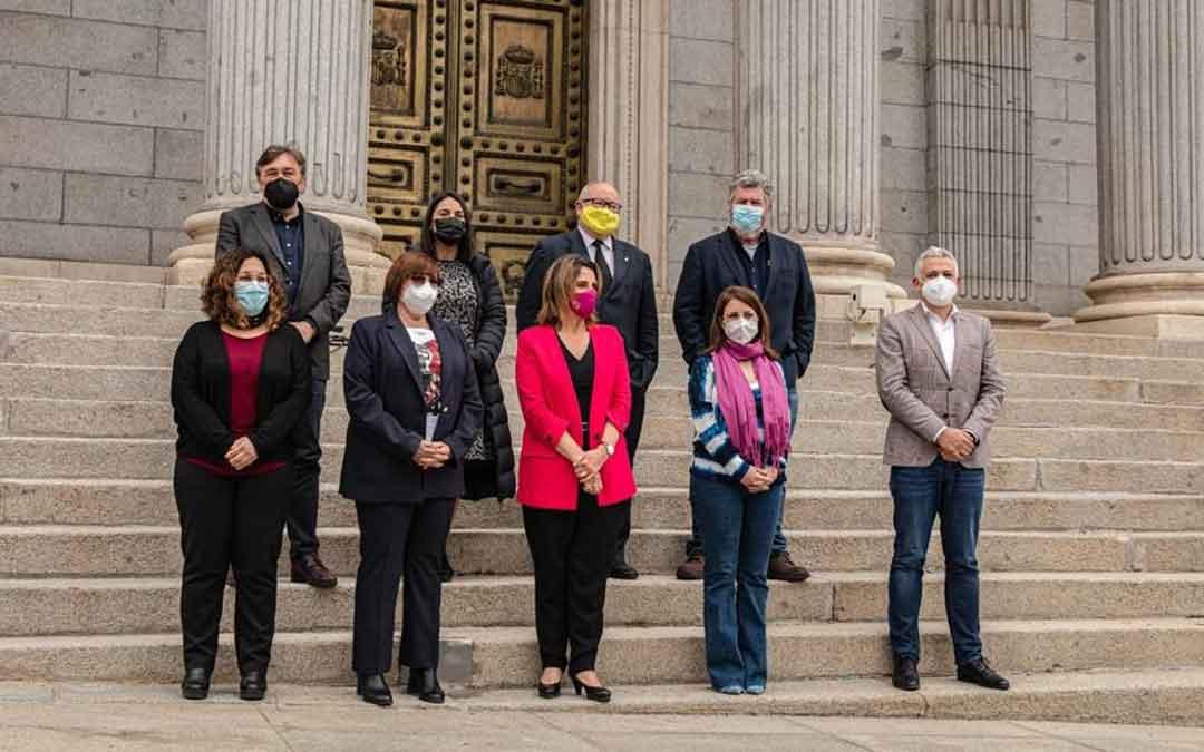 Diputados de la Comisión de Transición Ecológica y Reto Demográfico con la Vicepresidenta Teresa Ribera, en la puerta del Congreso. / TERUEL EXISTE