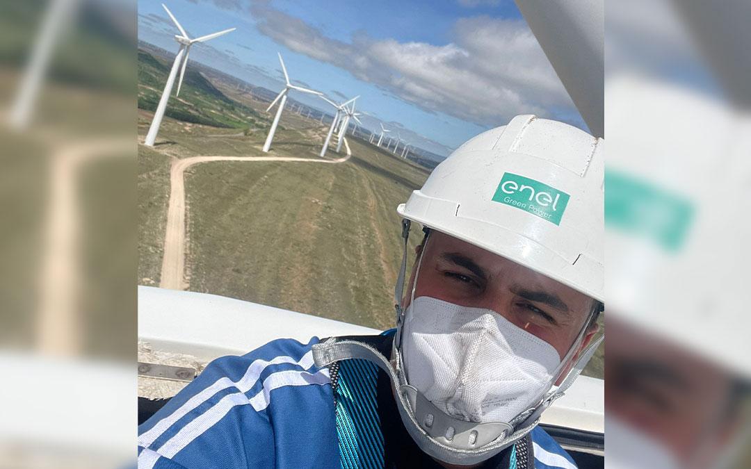 Joaquín Galindo subido a un aerogenerador en el parque de Sant Just, en Escucha./ L.C.