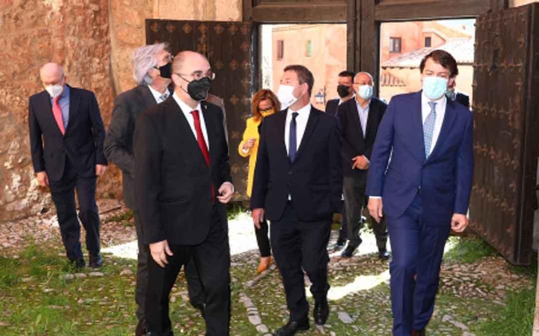 Los tres presidentes en su visita por Albarracín. / ARAGON HOY