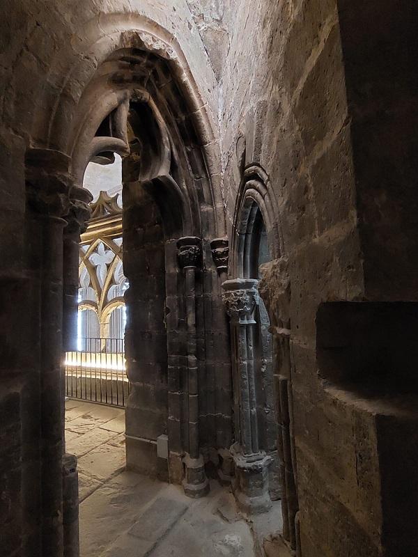 Se ha recuperado el antiguo pasadizo gótico que comunica iglesia y castillo. J.L.