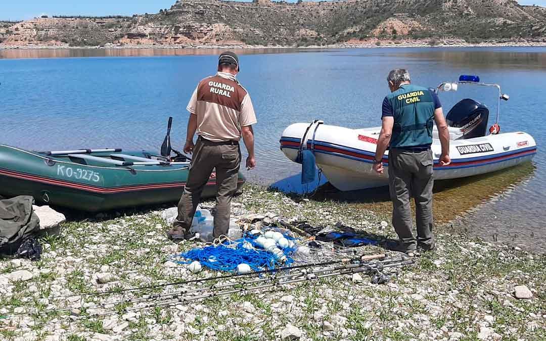 Embarcaciones y material de pesca localizado por la Guardia Civil en el embalse de Mequinenza./ Guardia Civil