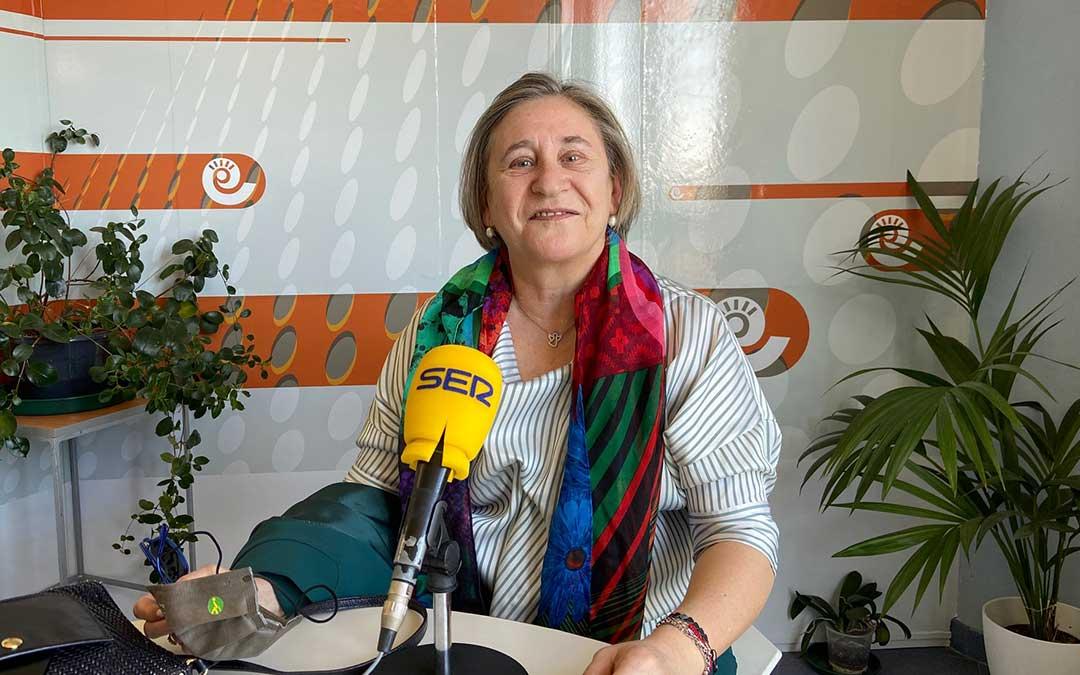 Pilar Calvo, directora de la agencia de la ONCE en Teruel, en los estudios de Radio La Comarca./ A.M.
