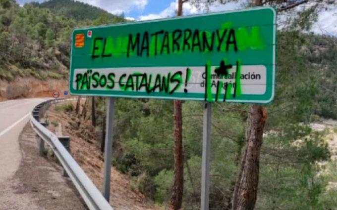 Malestar en varios pueblos del Bajo Aragón por pintadas independentistas en paredes y señales