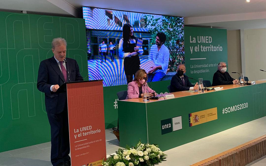 Manuel Campo Vidal ha presentado el acto. A su derecha, Mayte Pérez, Ricardo Mairal y Manuel Castells. /M. Q.