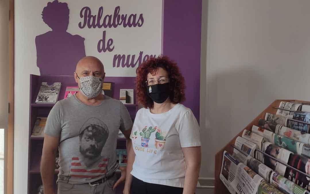 Paco y Margarita en el punto violeta de la biblioteca. / AYTO. ANDORRA