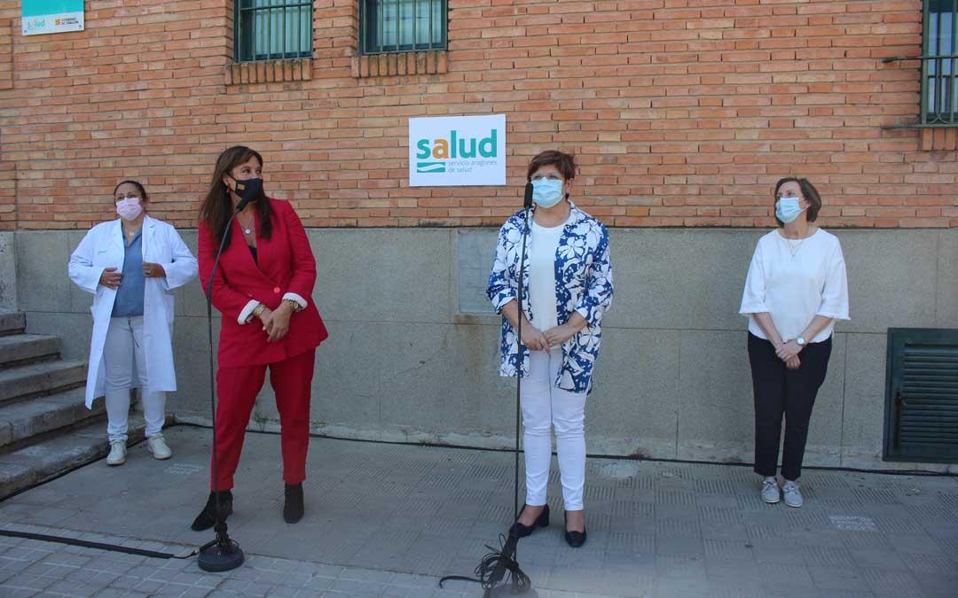 Intervención ante los medios de Repollés y Mustieles a las puertas del Centro de Salud de Caspe / L. Castel