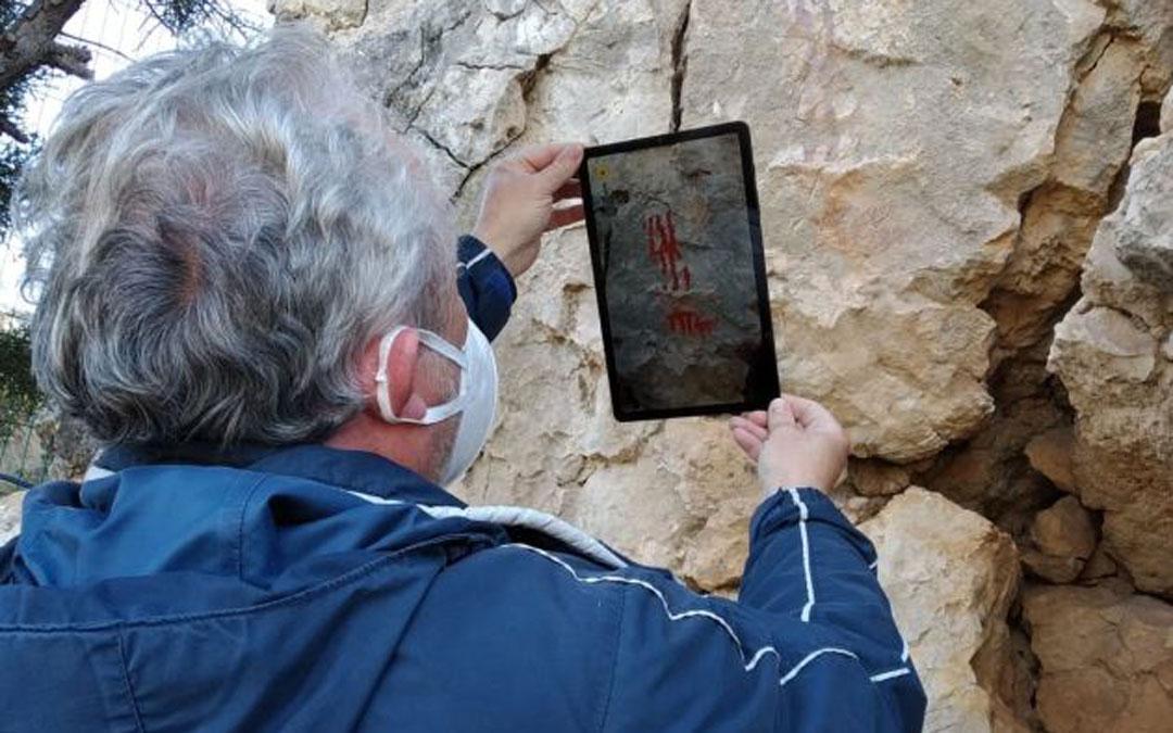 El gerente del Parque, José Royo, en una demostración de cómo funciona la Realidad Aumentada con sólo encuadrar sobre una pintura./ Parque Cultural Río Martín