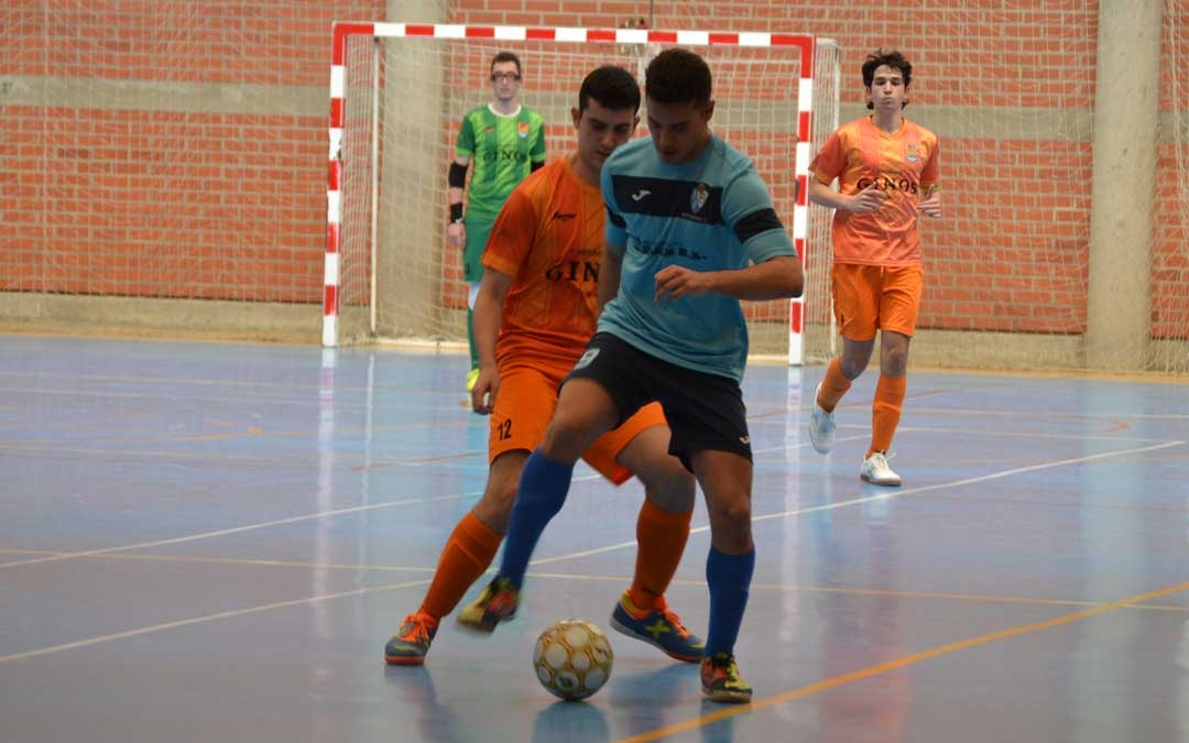 Sergio con el balón en los pies ante el acoso de un contrario. Foto: J.V.