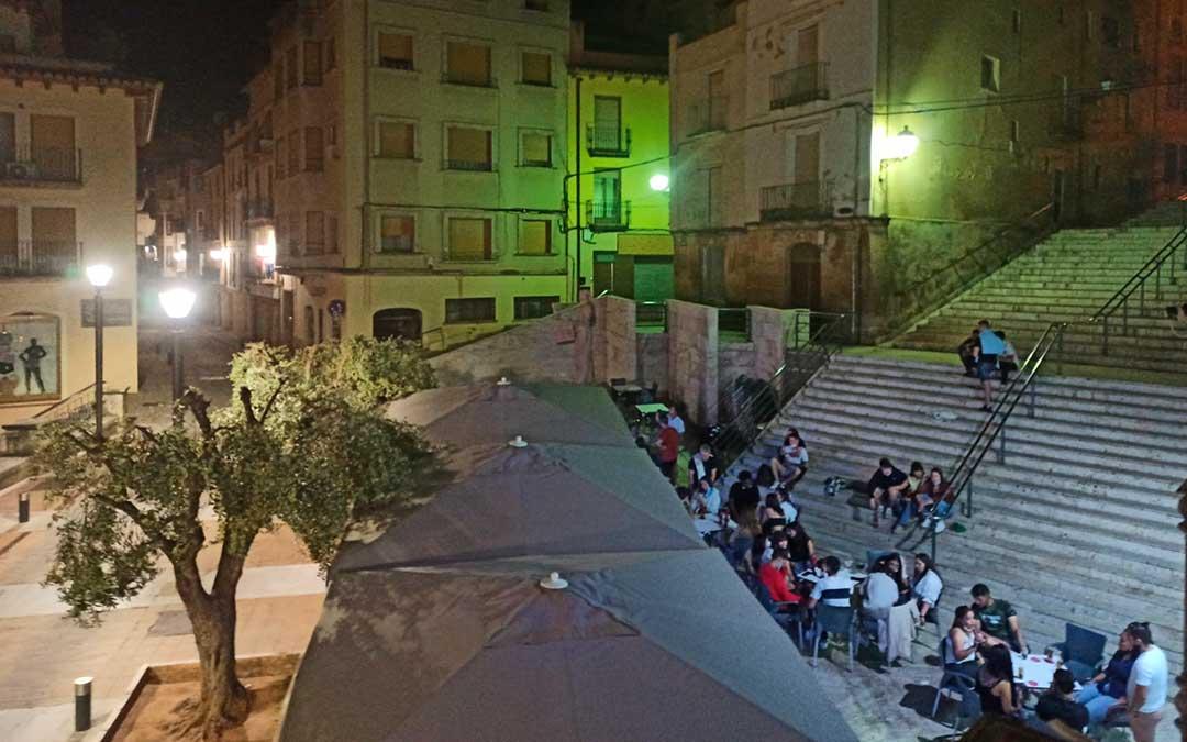 Terraza de un establecimiento alcañizano en la noche del sábado, antes del cierre establecido a las 12 de la noche./ La Comarca