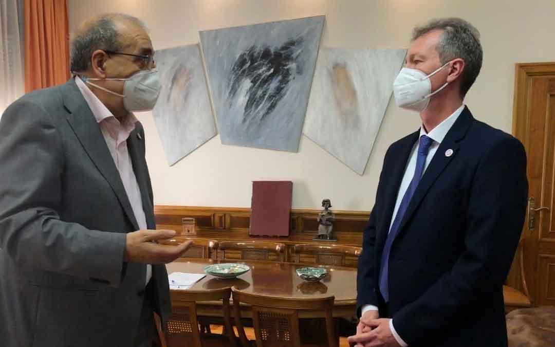 El presidente de la DPT y el vicerrector de la Universidad. / DPT