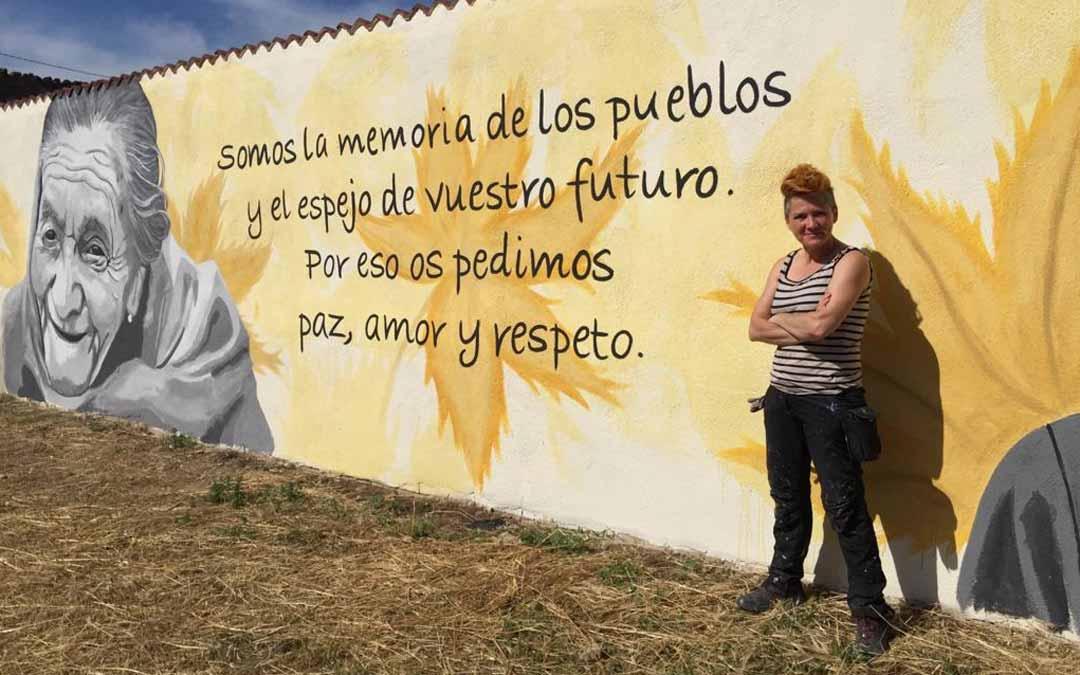 La artista Txus Montejano junto a uno de los murales. Alberto Díaz.