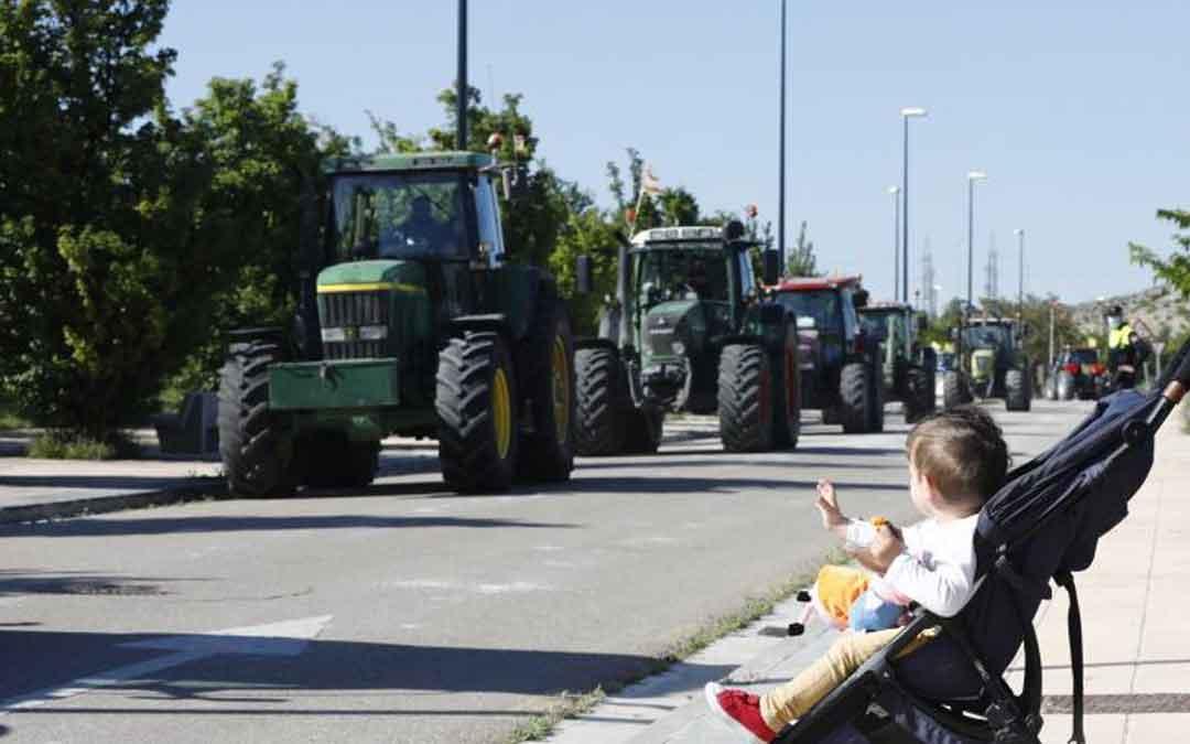 Un bebé observa la caravana de tractores en Zaragoza. Guillermo Mestre/ Heraldo