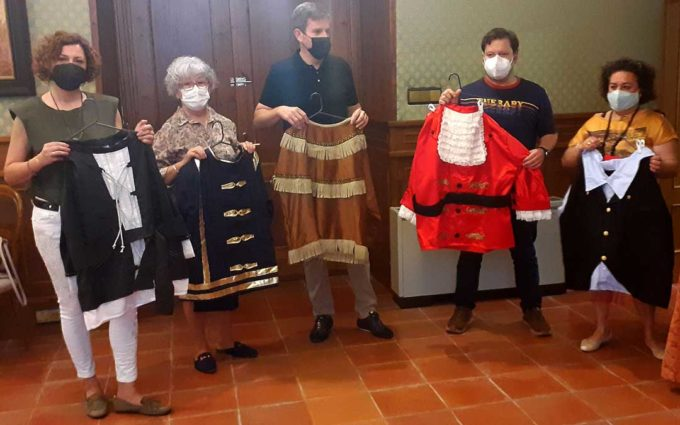 Concha Bernal y Carmen Centelles confeccionan seis nuevos trajes para los cabezudos de Alcañiz