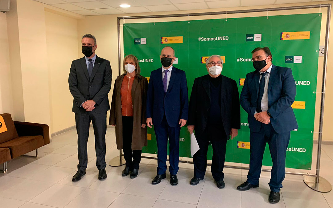 El ministro de Universidades, Manuel Castells (el segundo por la dcha.) a su llegada a la presentación del proyecto a Teruel acompañado de otras autoridades./ María Quílez