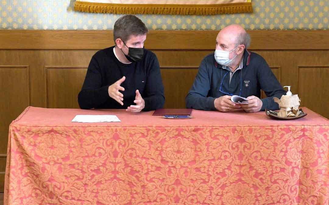 Urquizu y Roda durante la firma de los convenios. / AYTO. ALCAÑIZ