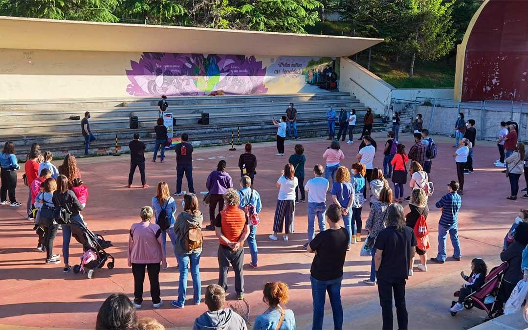 Más de medio centenar de personas se han concentrado en el anfiteatro de Utrillas para condenar la LGTBIfobia./ Comarca de Cuencas Mineras