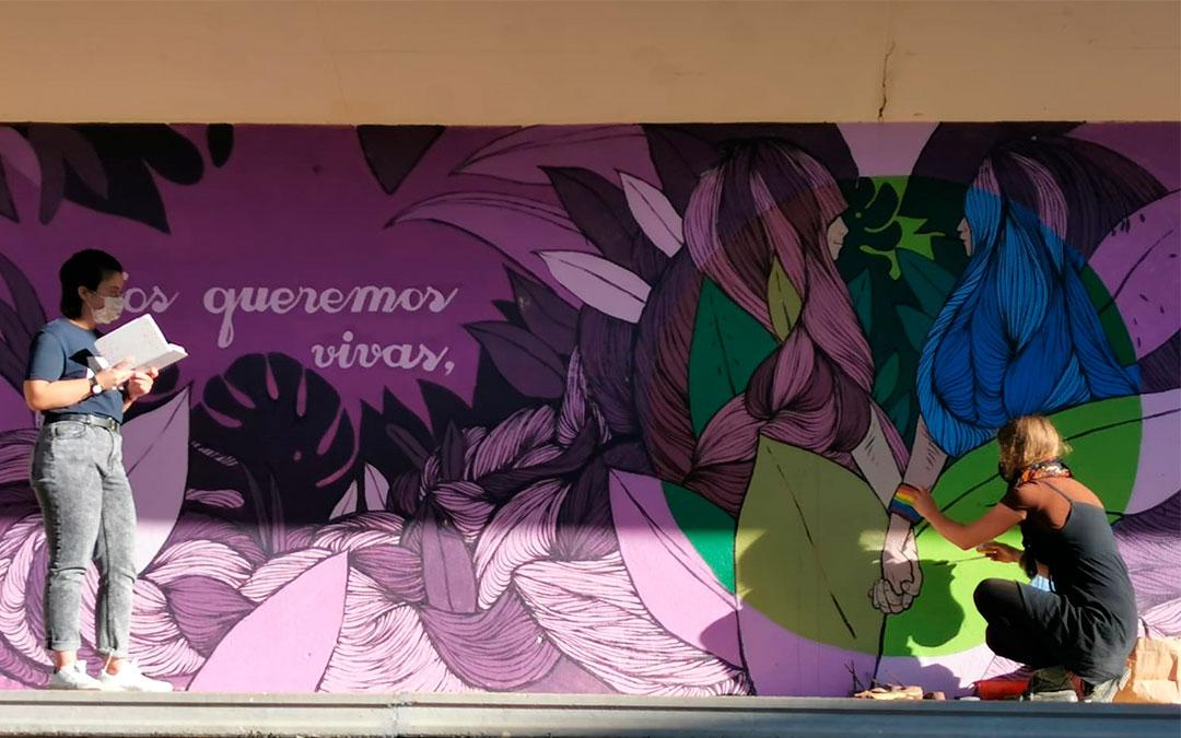 Elisa Gómez vuelve a pintar la bandera LGTBI dañada del mural del anfiteatro de Utrillas./ Comarca de Cuencas Mineras
