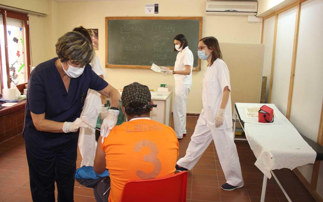 Un trabajador de la fruta recibiendo la vacuna este viernes en Caspe / L. Castel