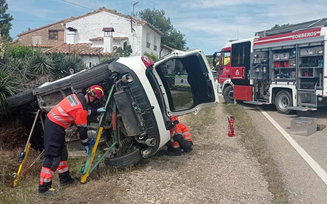 El vehículo ha volcado por causas que se desconocen. Foto: Bomberos DPT.