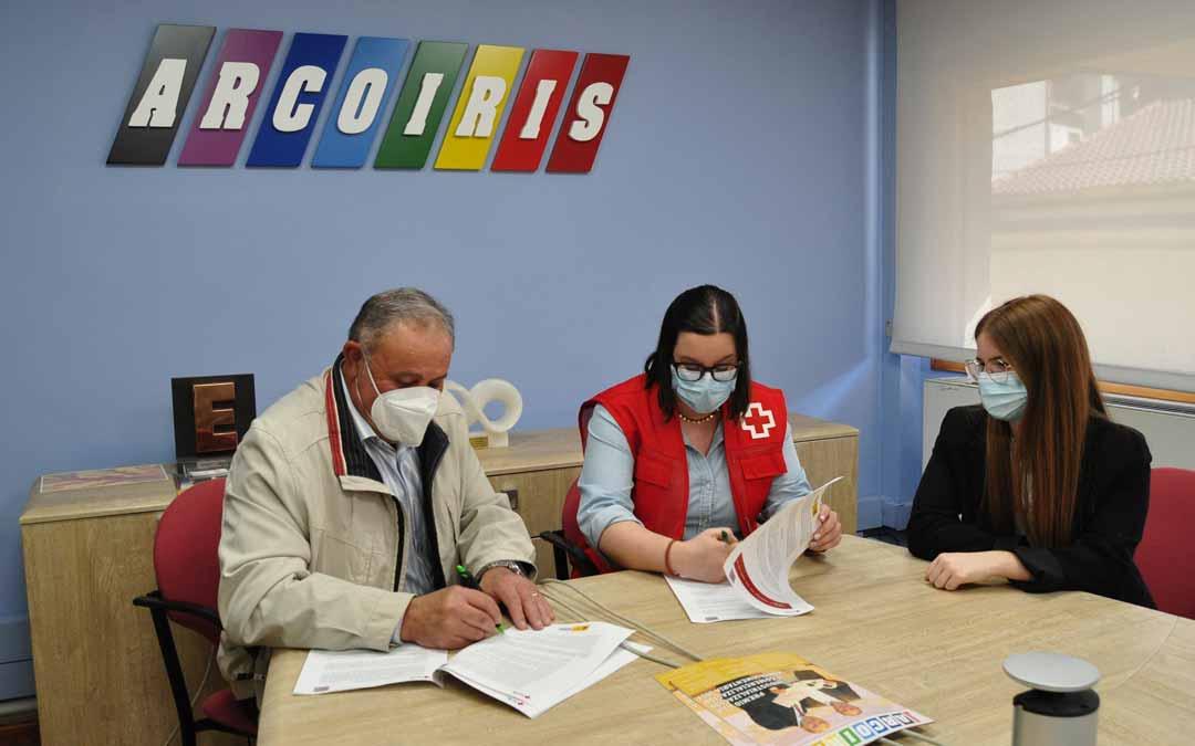 Delfín Albesa, Presidente de Grupo Arcoiris, y Yolanda Abad, Presidenta de Cruz Roja Caspe, sellaron el martes el acuerdo de colaboración. Javier de Luna.