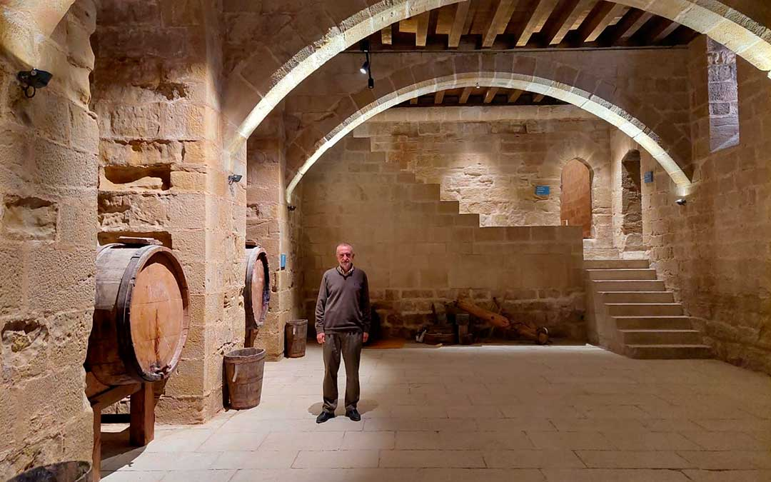 Imagen de la bodega, tras su restauración y recuperación de las cubiertas. En la imagen Manuel Siurana, director de la Fundación Valderrobres Patrimonial. J.L.