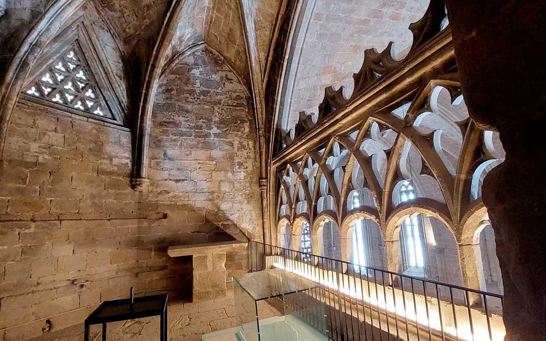 La visita guiada se detiene en el balcón gótico que se asoma al templo parroquial. J.L.