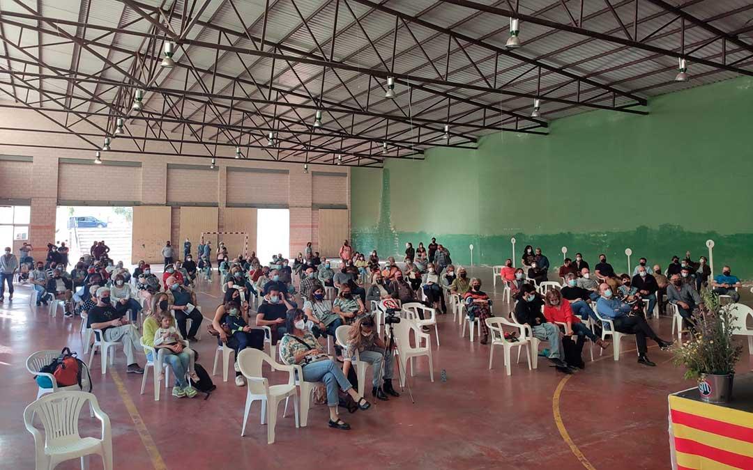 Asistentes este sábado a la charla celebrada en Valjunquera sobre la cuestión de las centrales eólicas en el Matarraña./ Movimiento Valjunquera por los paisajes