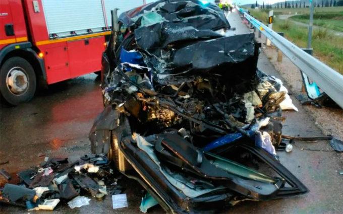Dos muertos al chocar un coche y un camión en El Burgo de Ebro
