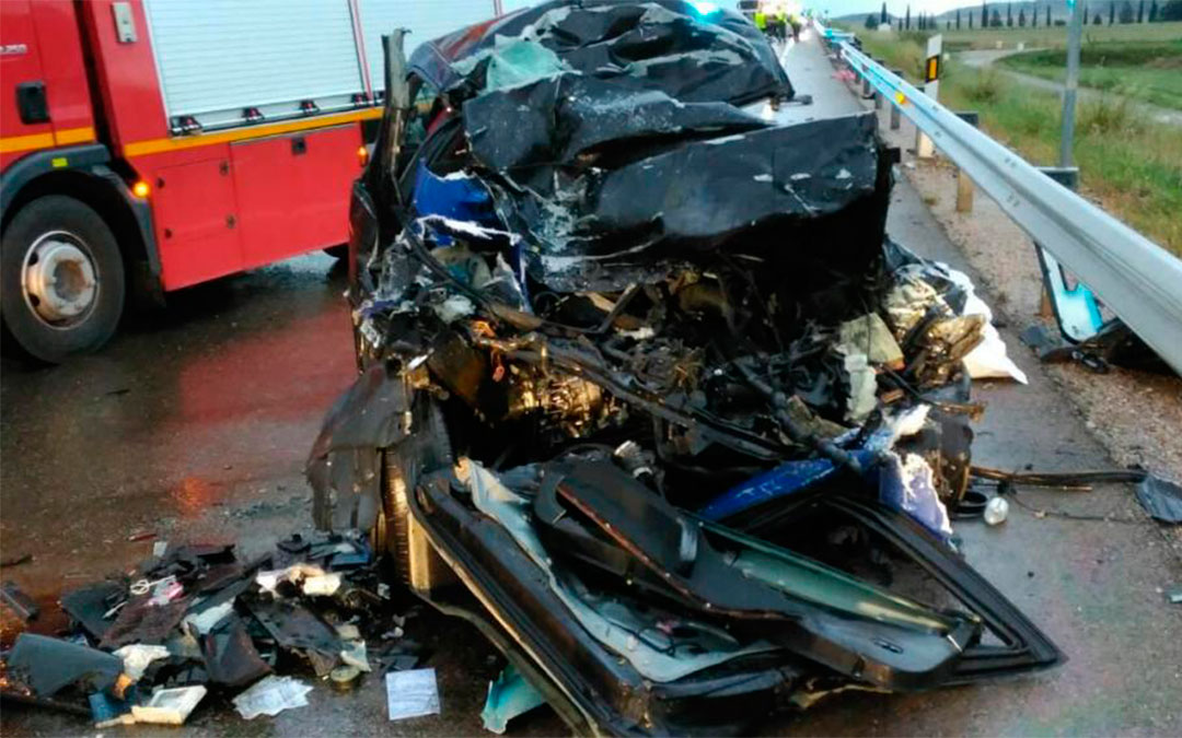 Estado en el que ha quedado el coche en el que este viajaban dos personas que han muerto este jueves en la N-232 en El Burgo de Ebro./ Guardia Civil