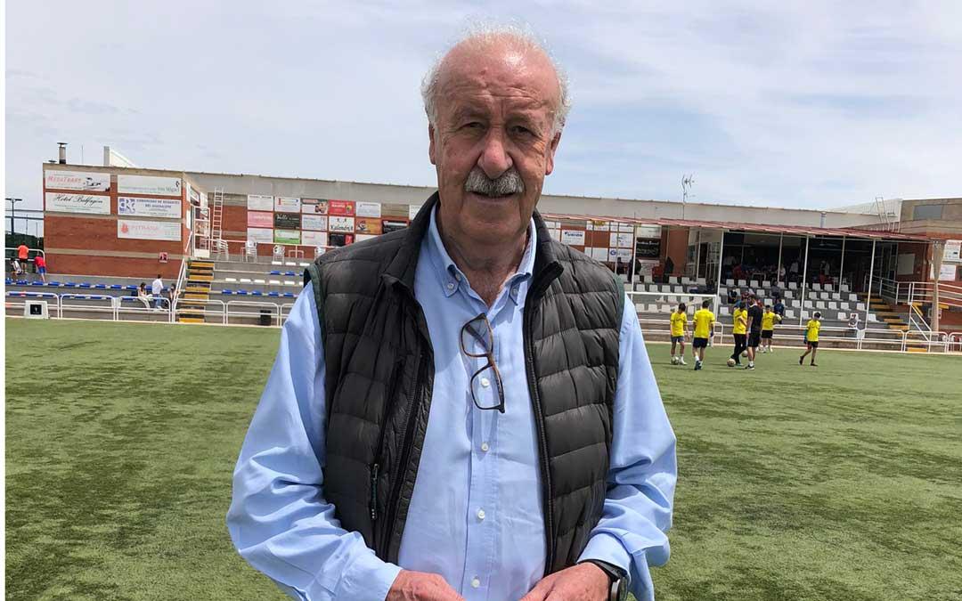 Vicente del Bosque en el campo de fútbol de Calanda el sábado por la mañana. Foto. A.G.