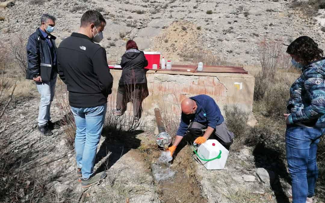 Personal de Diputación, Minas y Laboratorio toman muestras de agua para su análisis./D. Villarroya