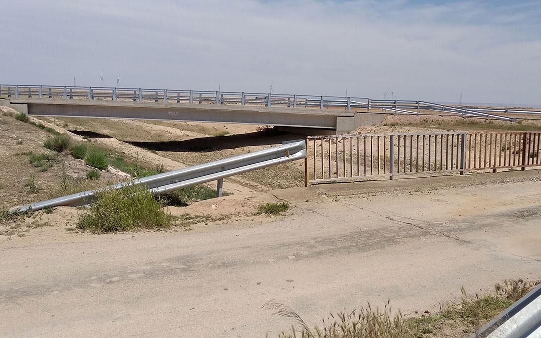 En la fase anterior se ejecutó un puente (al fondo) con más de 32 metros de superficie en suspensión en el aire para salvar un canal de la CHE. Sustituye al que aparece en primer término y que no reunía las condiciones idóneas para circular. / B. Severino
