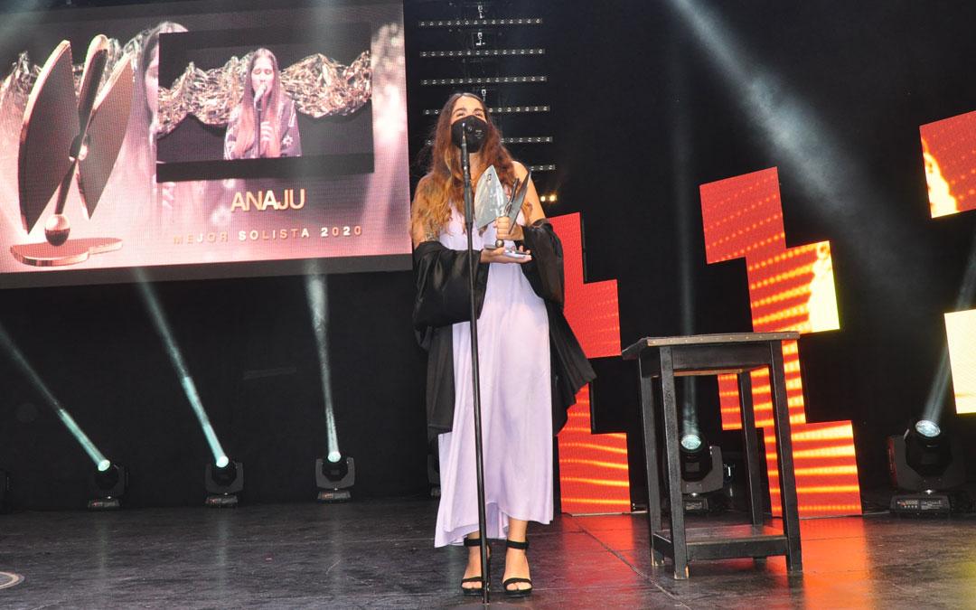 Momento en el que la artista Anaju ha recogido el premio como Mejor Solista. J.L.