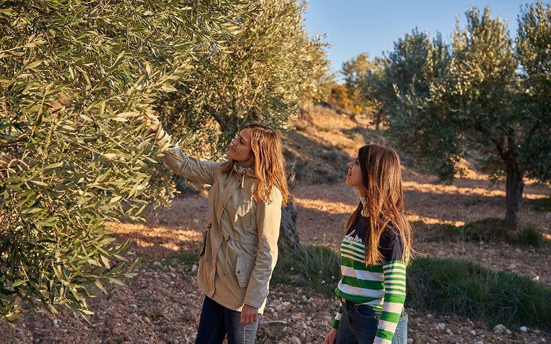 Lidia y María observando los olivos