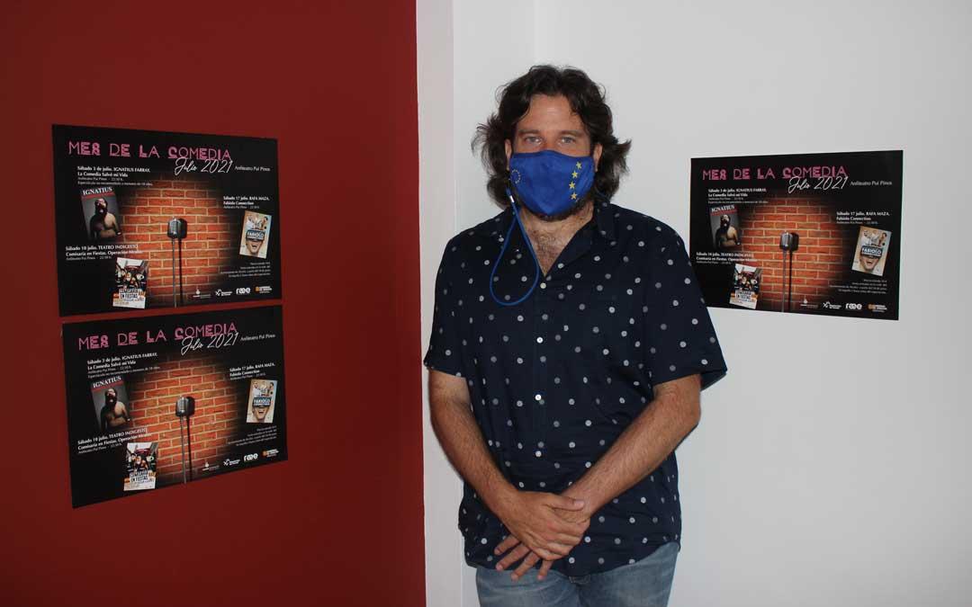 El concejal de Cultura, Jorge Abril, presentó este jueves el cartel del Mes de la Comedia en rueda de prensa / L. Castel