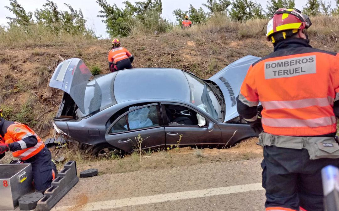 Los bomberos en el lugar del accidente./ DPT