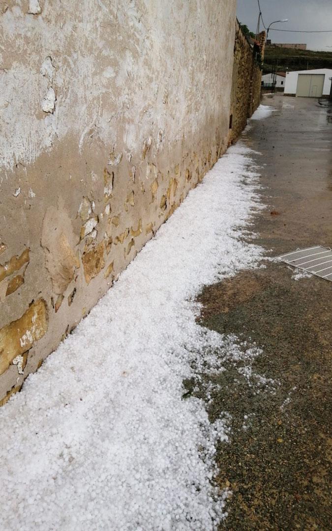 Granizo acumulado en las calles de Alacón después de la tormenta. / AYTO. ALACÓN