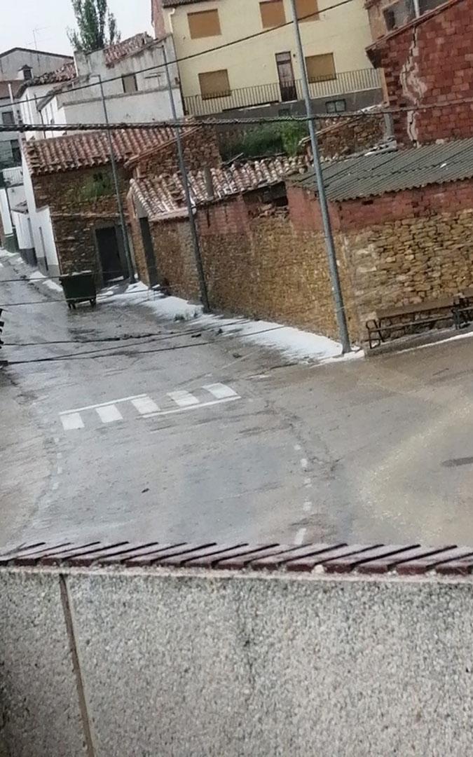 En el casco urbano de Alacón cayó una teja y un cable de luz. / AYTO. ALACÓN