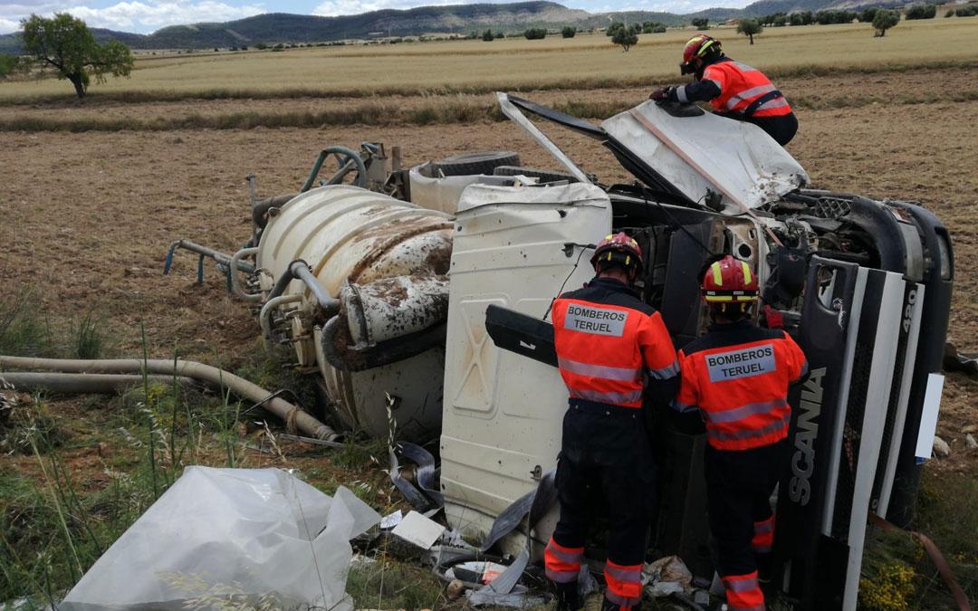 Los bomberos de Alcañiz, ayudando al conductor a salir. / Bomberos DPT
