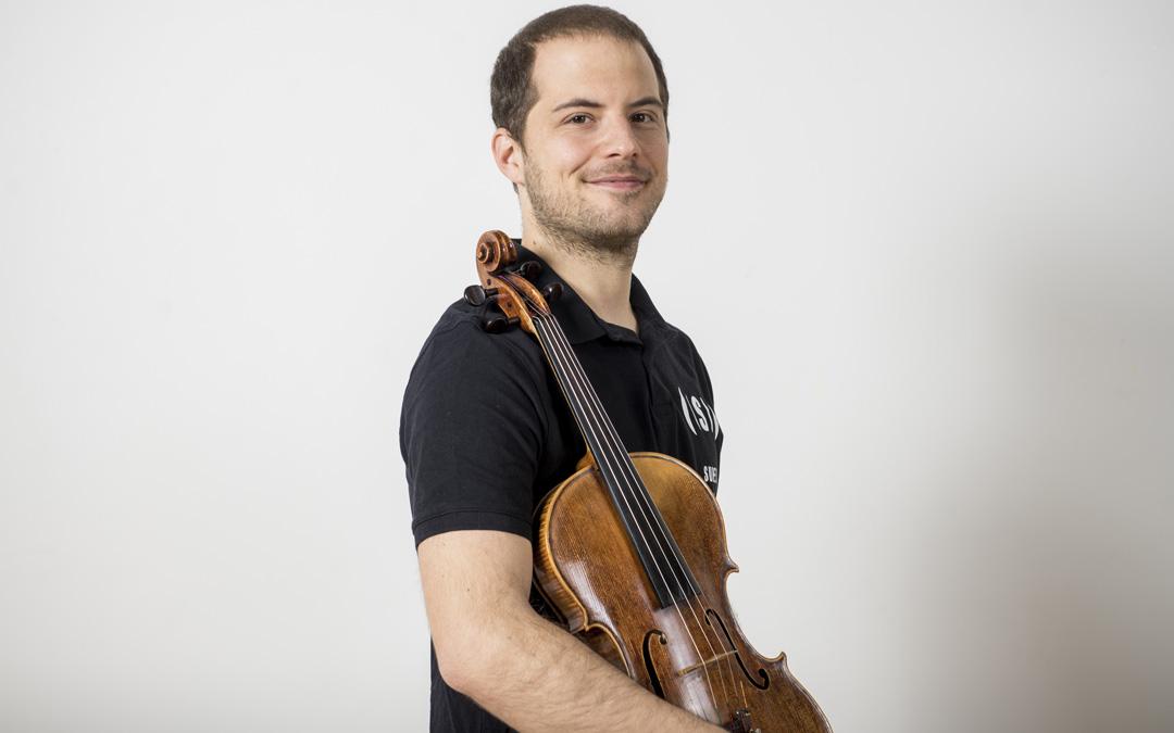El músico Carlos Vallés comenzó con la viola desde niño en Alcañiz. / Sam Schalch