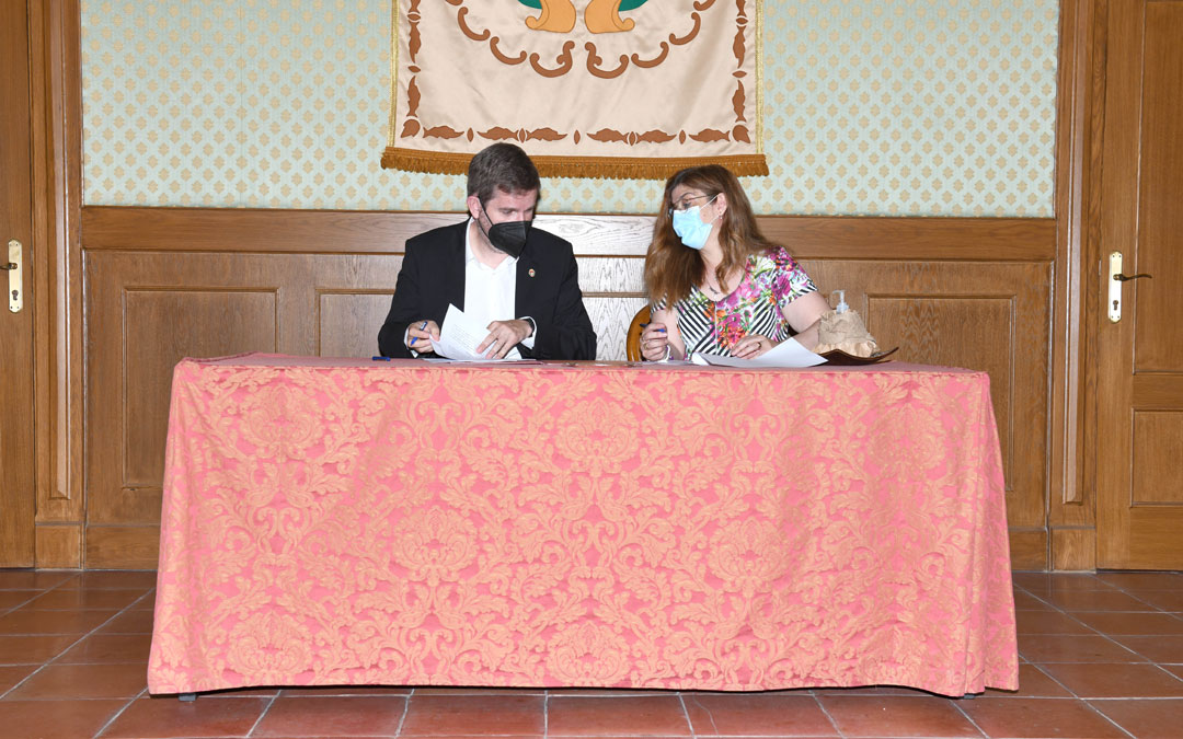 El alcalde, Ignacio Urquizu, en la firma con Mª Carmen Alegre, secretaria de Afedaba Los Calatravos. / Ayto. Alcañiz