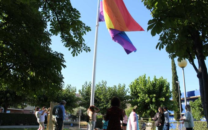 El Bajo Aragón histórico iza la bandera por los derechos LGTBIQ+