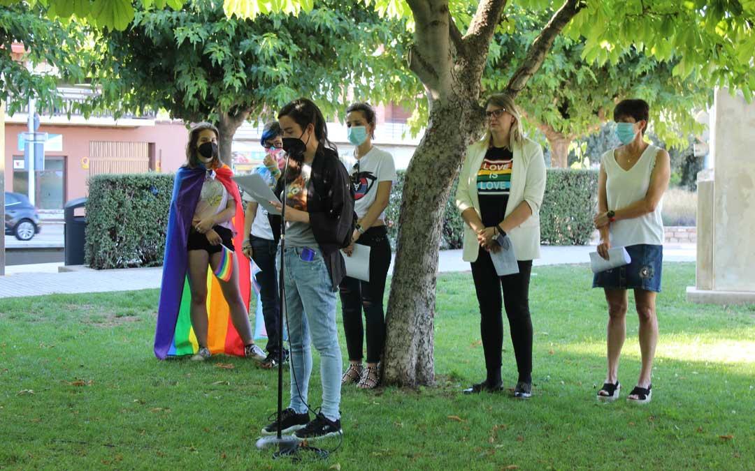 Lectura del manifiesto con la participación de las ediles del PSOE, PAR e IU, además del Colectivo de Estudiantes de Teruel por la Diversidad Afectivo-Sexual (TERQUEER) y de la Asociación de Familias de Menores Trans (CHRYSALIS). / B. Severino