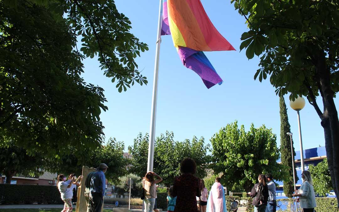 Izado de la bandera arcoíris en Alcañiz por los derechos LGTBIQ+. / B. Severino