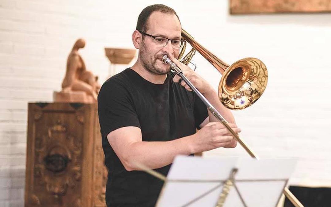 Manuel Quesada, con su trombón, instrumento del que no se separa desde niño. / Ernesto Prieto