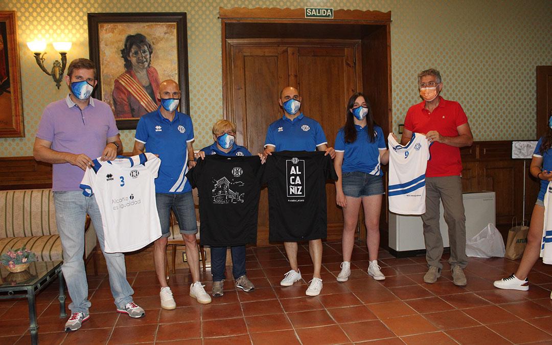 Recepción del alevín del Club Voleibol Alcañiz en el Ayuntamiento. Juvenil, alevín y afición estrenan camisetas. / B. Severino