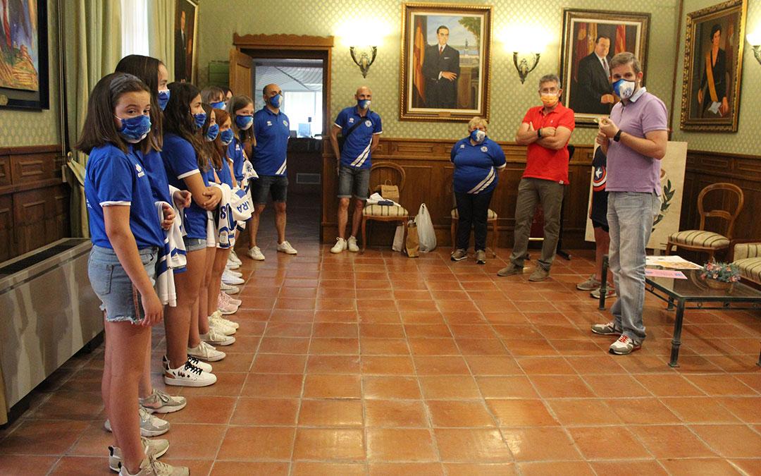 Recepción del alevín del Club Voleibol Alcañiz en el Ayuntamiento. / B. Severino