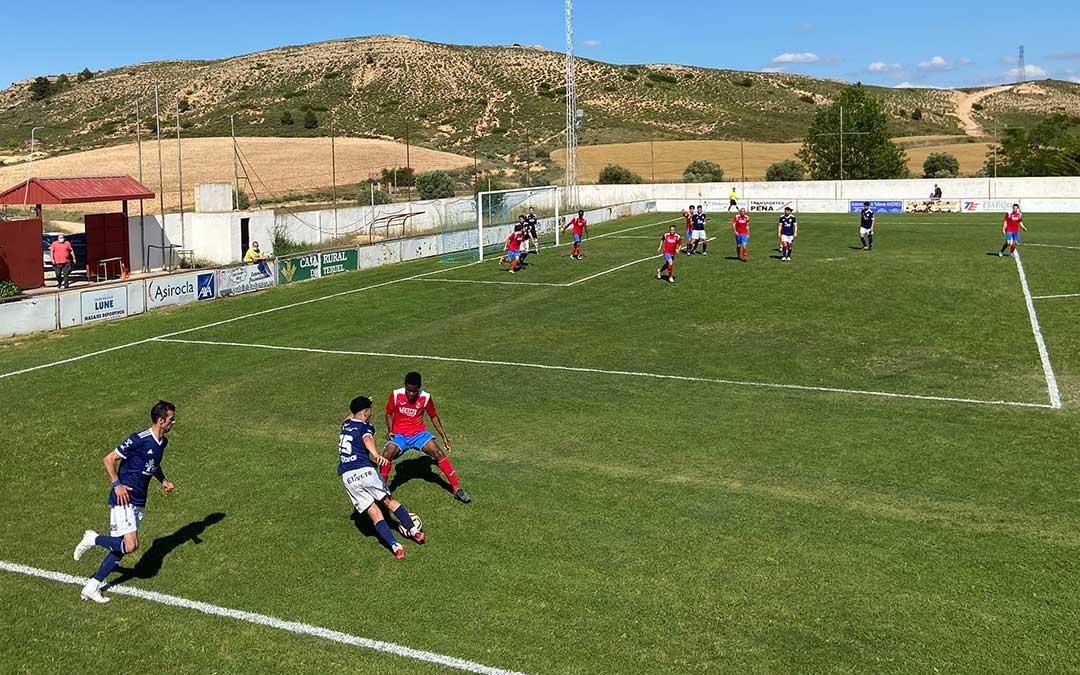 Un jugador del Caspe en busca de la portería contraria este domingo en Alcorisa./ A.M.