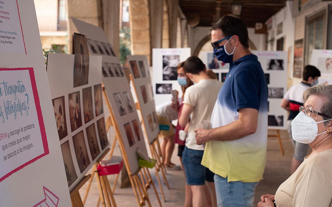 Público de todo perfil y edad pasó por la muestra en la plaza de los Arcos. / C. Espada-Dadú